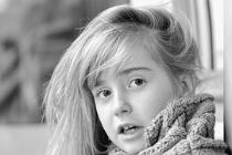 Porträtbild eines Mädchens, das ängstlich zur Seite blickt.