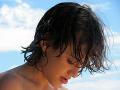 Porträtbild eines Teenagers, der nach unten blickt.