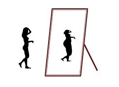 Gezeichnete Silhouette einer schlanken Frau, die vor einem Ganzkörperspiegel steht. Im Spiegelbild erscheint die Frau dicker.