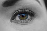 Foto eines Gesichtsausschnitts zeigt die linke Augenpartie einer Frau.