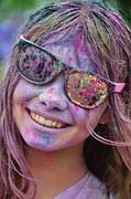 Porträt eines lachenden Mädchens mit Sonnenbrille.